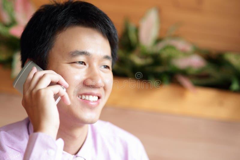Бизнесмен использует smartphone стоковое изображение rf
