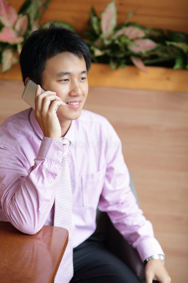 Бизнесмен использует smartphone стоковая фотография rf