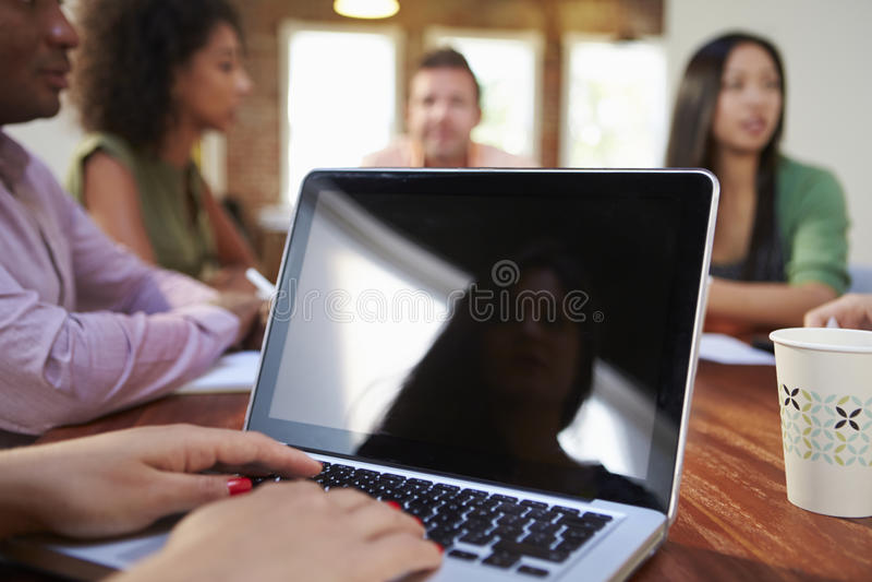 Бизнесмен используя компьтер-книжку в встрече стоковые изображения rf