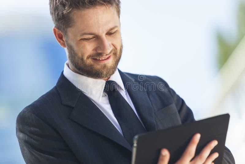 Бизнесмен используя компьютер таблетки стоковая фотография