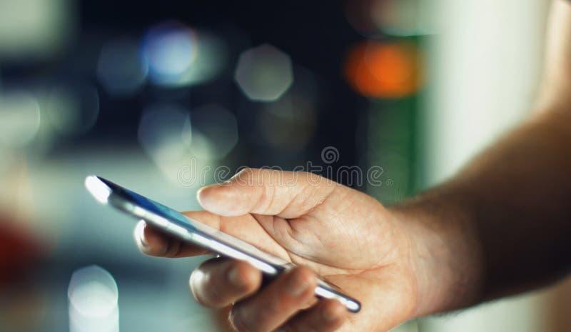 Бизнесмен используя мобильный телефон в офисе стоковые изображения rf