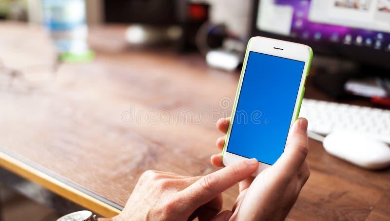 Бизнесмен используя мобильный телефон в офисе стоковое изображение rf