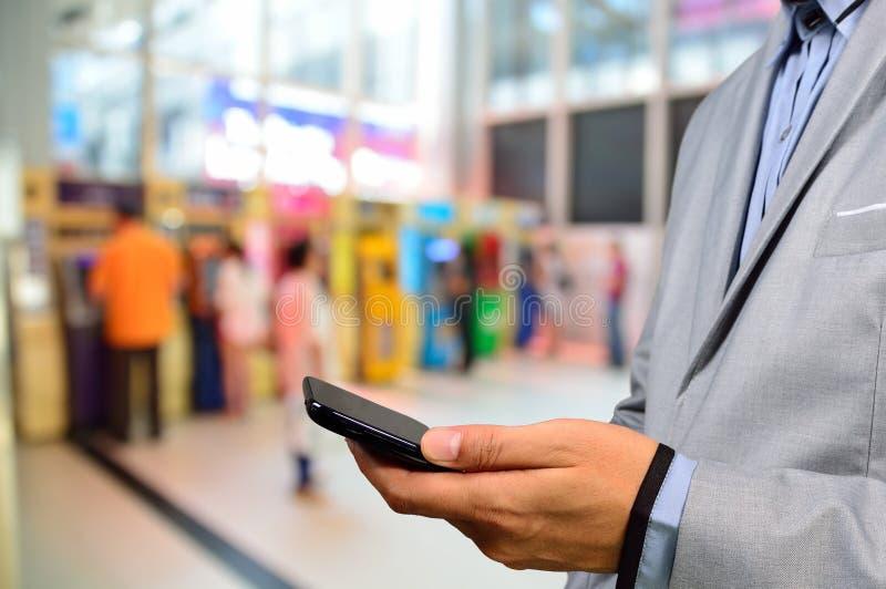 Бизнесмен используя мобильный телефон цифров стоковые изображения rf