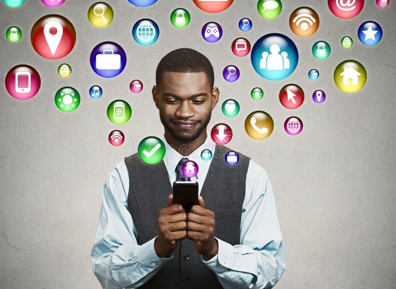 Бизнесмен используя отправку СМС на smartphone стоковое фото