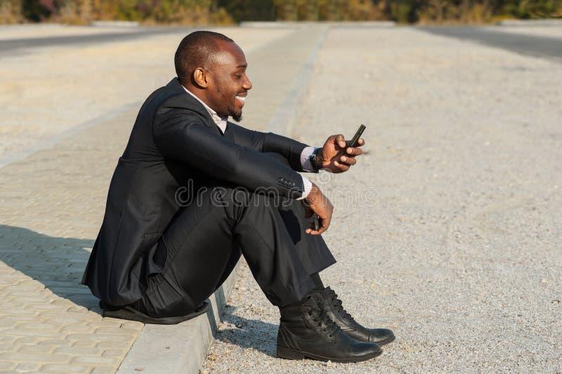 Бизнесмен используя передвижное умное phone01 стоковые фото