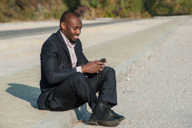 Бизнесмен используя передвижное умное phone02 стоковое фото rf