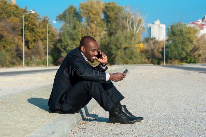 Бизнесмен используя передвижной умный телефон стоковые изображения rf