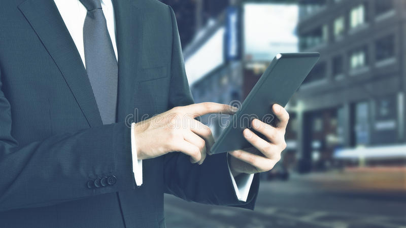 Бизнесмен используя пусковую площадку стоковое фото rf