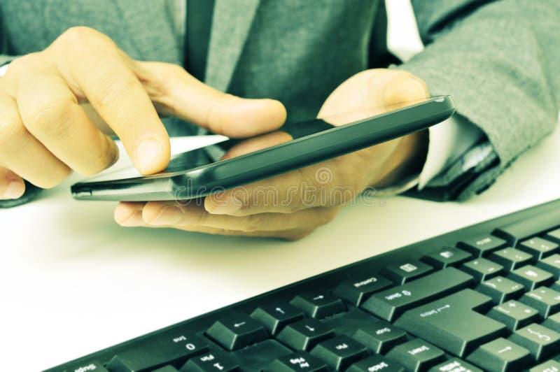 Download Бизнесмен используя таблетку в офисе, с ретро влиянием Стоковое Фото - изображение насчитывающей средства, banister: 41663482