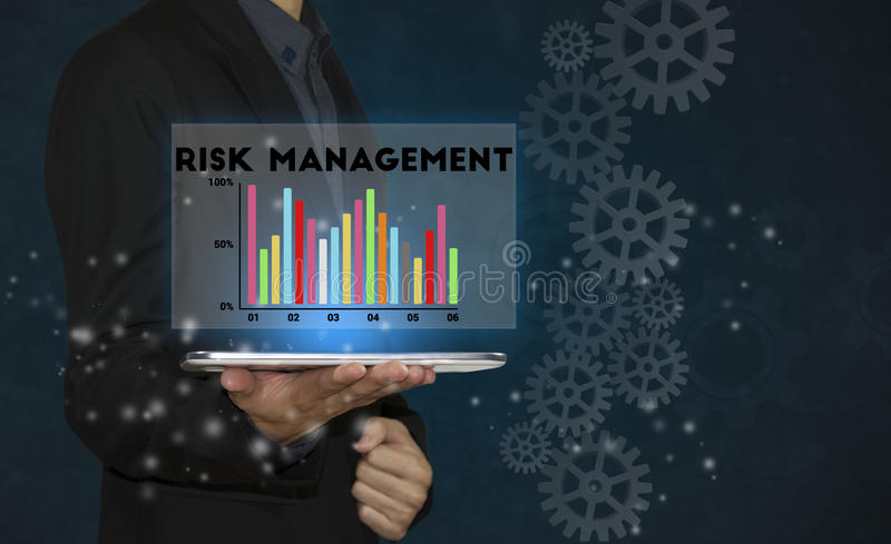 Бизнесмен используя таблетку с управление при допущениеи риска стоковое фото rf