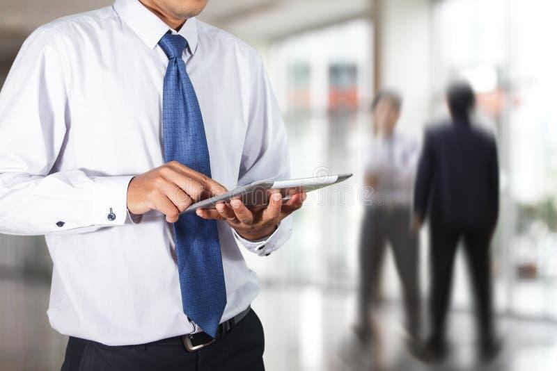 Бизнесмен используя таблетку стоковые изображения rf