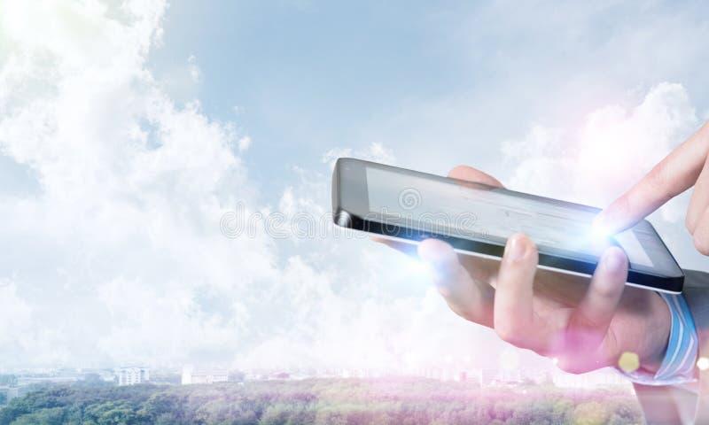 Бизнесмен используя таблетку стоковое изображение rf