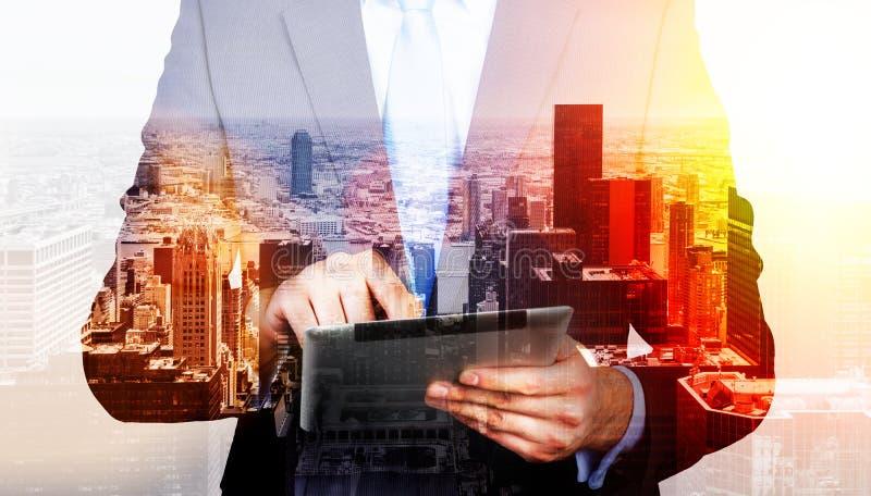 Бизнесмен используя таблетку стоковое изображение