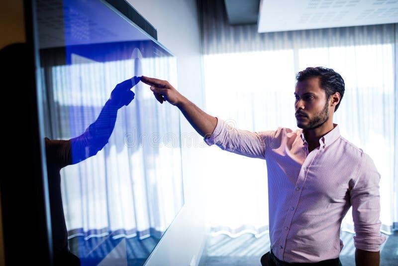 Бизнесмен используя экран касания стоковая фотография