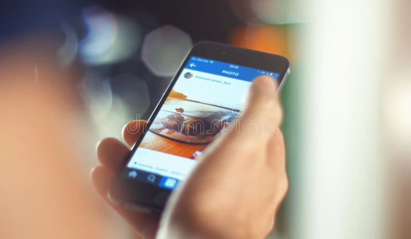 Бизнесмен используя iPhone 6s Яблока в офисе стоковое фото