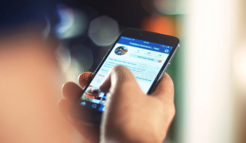 Бизнесмен используя iPhone 6s Яблока в офисе стоковые фото