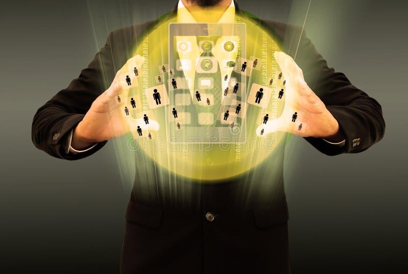 Бизнесмен используя smartphone выбирая правую персону стоковое изображение