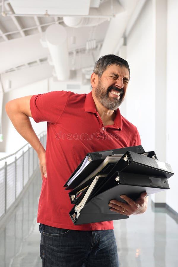 Бизнесмен испытывая боль в более низкой задней части стоковое изображение rf