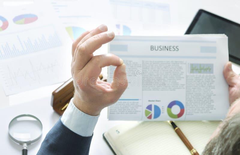 Бизнесмен исследуя свежие хорошие новости и получает больший результат, счастливый его и знака makong В ПОРЯДКЕ стоковая фотография rf