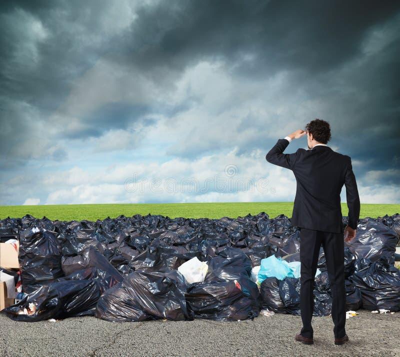 Бизнесмен ищет далеко для чистой окружающей среды преодолевайте глобальную проблему загрязнения стоковые фото