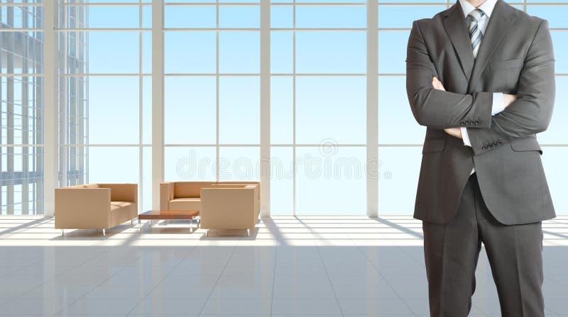 Бизнесмен и большое окно в офисном здании стоковая фотография rf