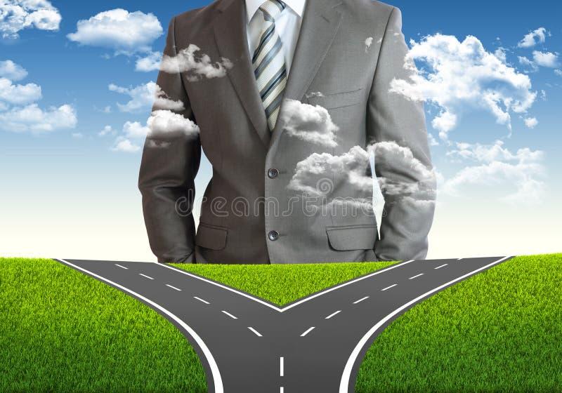Бизнесмен и вилка в дороге стоковое фото