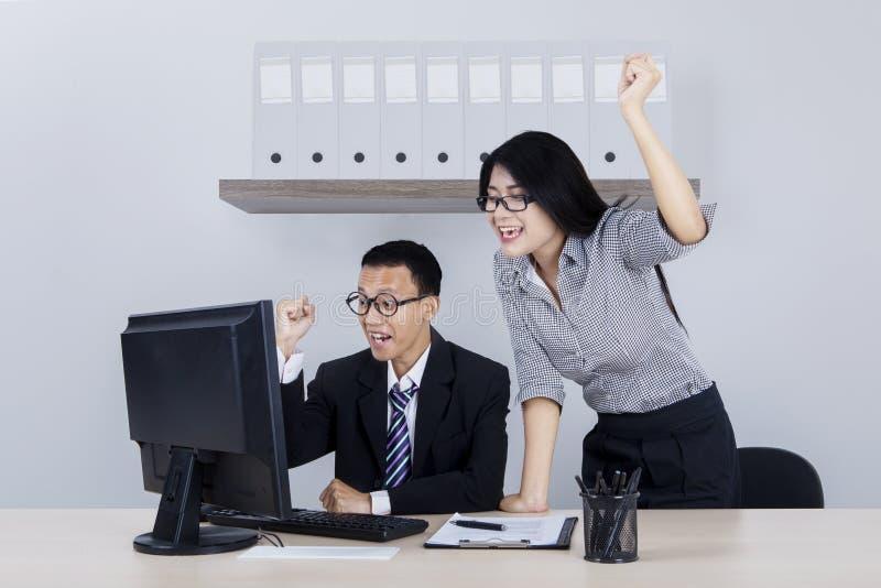 Бизнесмен и его руки партнера поднимаясь стоковые фото