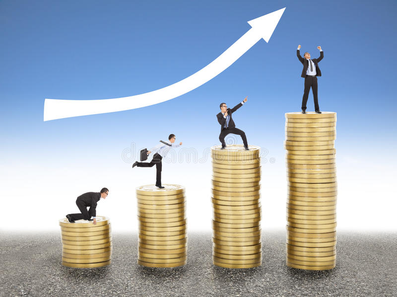 Бизнесмен идет вверх по золотой монетке, от старта к успеху стоковые фотографии rf