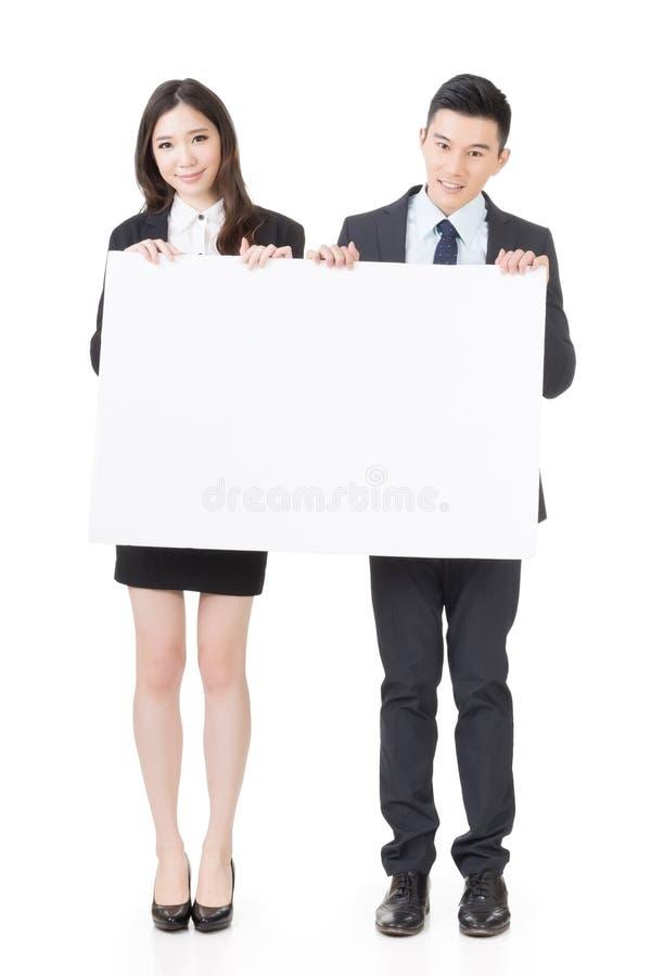 Бизнесмен и женщина держа пустую белую доску стоковое изображение rf