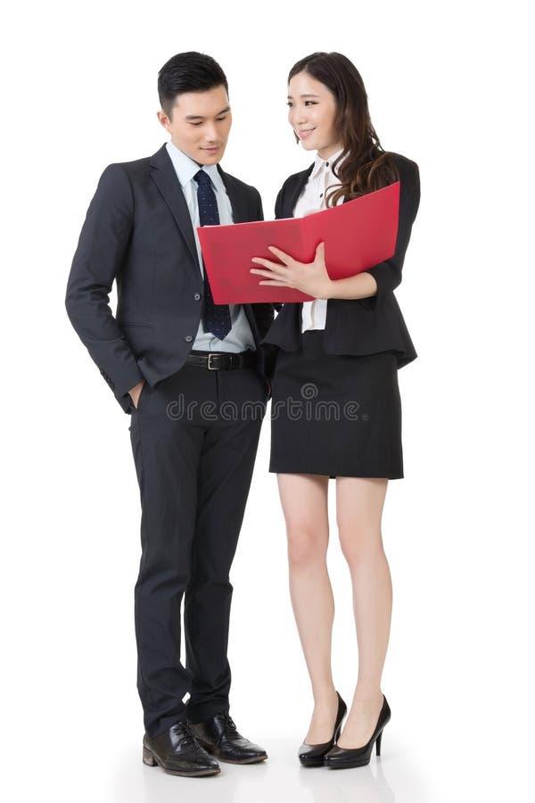 Бизнесмен и женщина обсуждают стоковая фотография