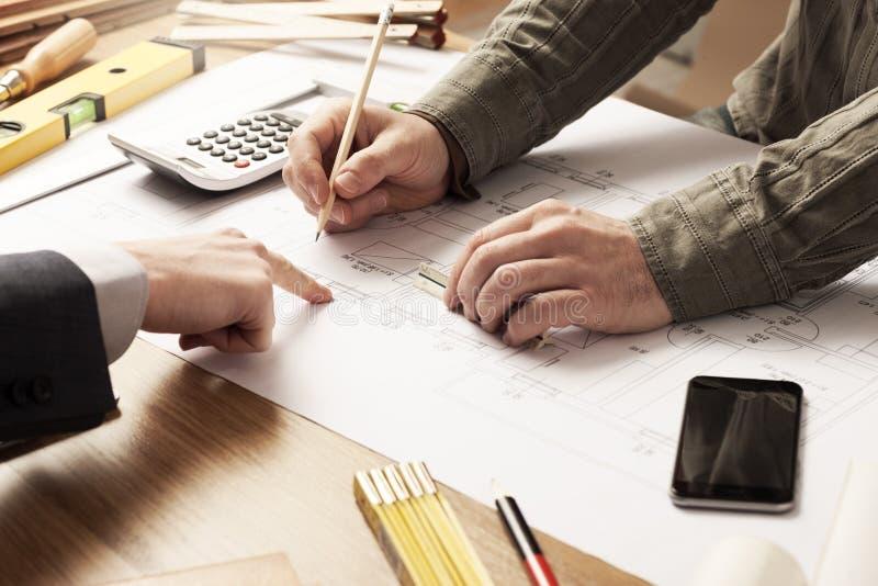 Бизнесмен и инженер по строительству и монтажу работая совместно стоковые изображения rf