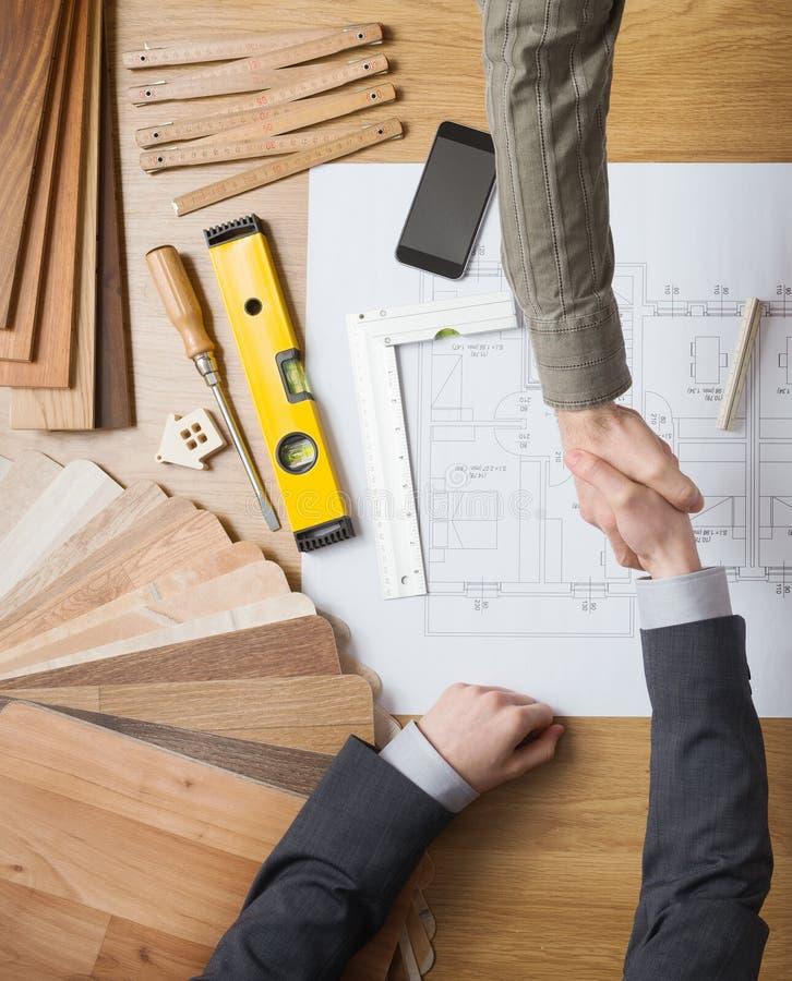 Бизнесмен и инженер по строительству и монтажу работая совместно стоковая фотография rf