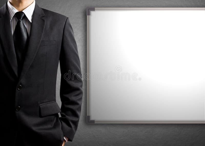 Бизнесмен и доска пробела белая стоковое фото