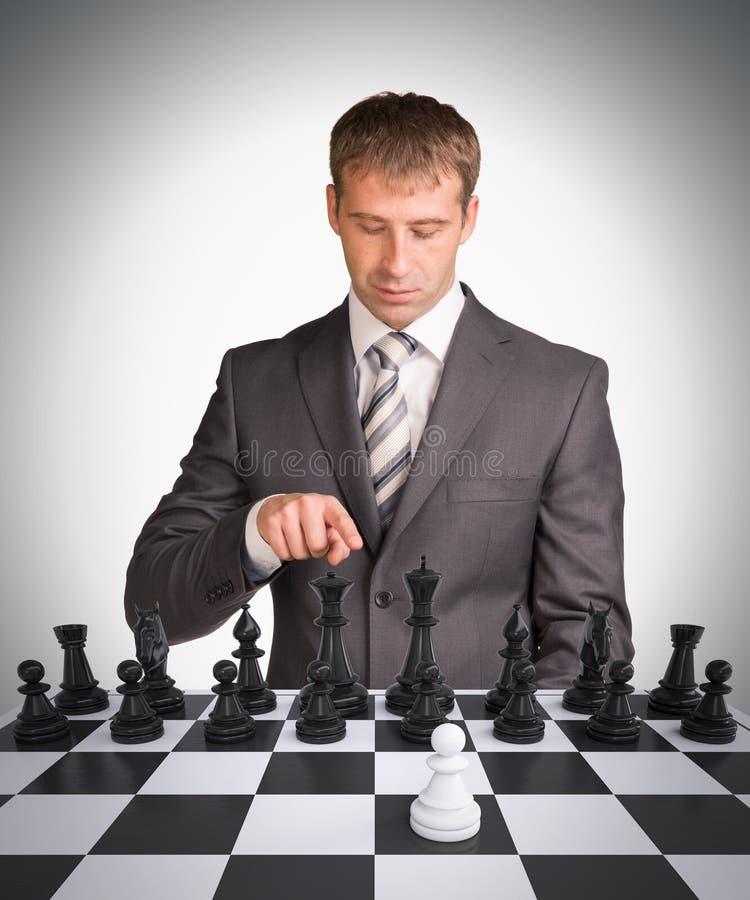 Бизнесмен и шахматная доска стоковые изображения rf