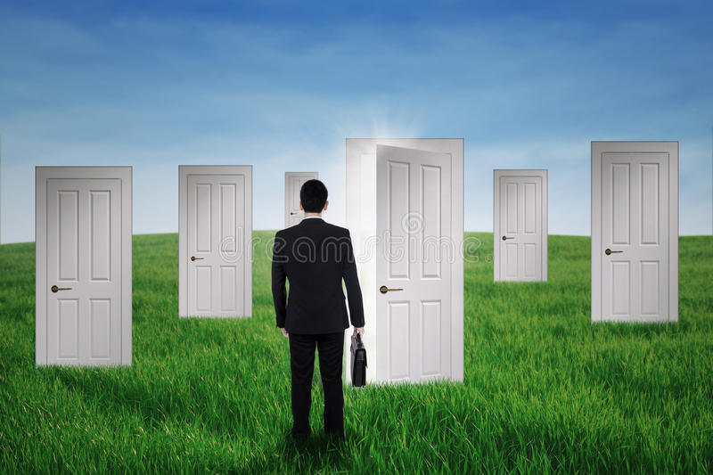 Бизнесмен идя в двери возможности стоковые фото