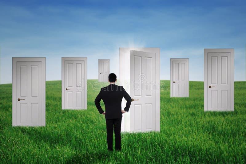 Бизнесмен идя к дверям возможности стоковые изображения