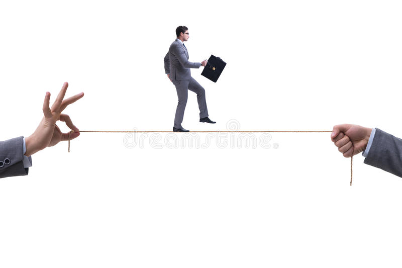 Бизнесмен идя на плотную веревочку в концепции дела стоковая фотография