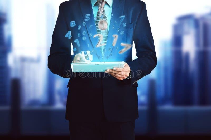 Бизнесмен, касающая таблетка компьютера с 2017 номерами стоковое изображение
