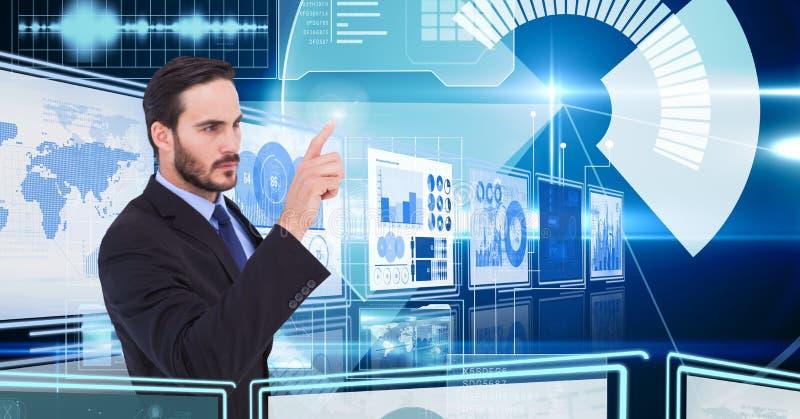 Бизнесмен касаясь и взаимодействуя с панелями интерфейса технологии стоковое фото rf