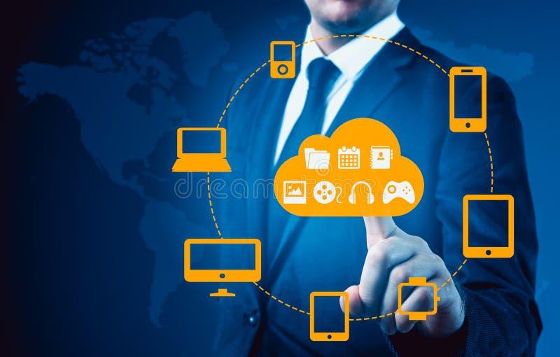 Бизнесмен касаясь облаку соединился к много объектов на виртуальном экране, концепции о интернете вещей иллюстрация штока