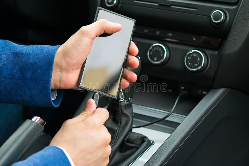 Бизнесмен кладет телефон на обязанность, конец-вверх стоковые фотографии rf