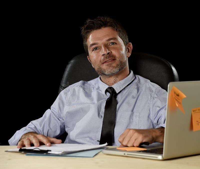 Бизнесмен корпоративного портрета счастливый успешный усмехаясь на offic стоковое фото
