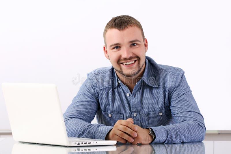 бизнесмен красивый его рабочее место стоковая фотография rf
