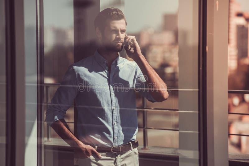 бизнесмен красивый outdoors стоковое фото rf