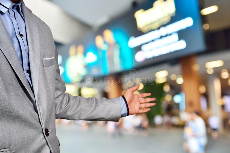 Бизнесмен, менеджер торгового центра или мол, приглашают людей t стоковое фото