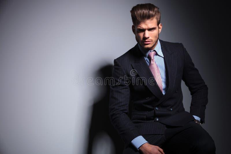 Бизнесмен моды в костюме и связи сидит стоковая фотография