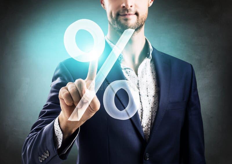 Бизнесмен нажимая большие виртуальные проценты стоковая фотография rf