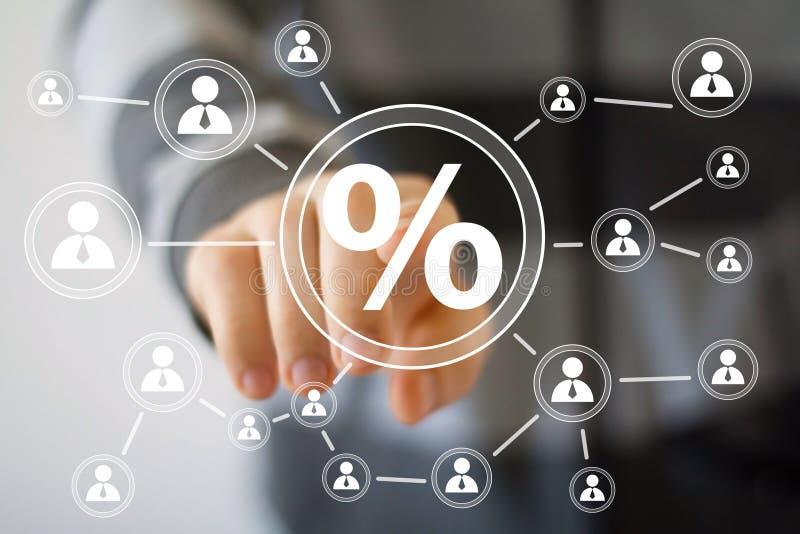 Бизнесмен нажимая виртуальную сеть процентов значка кнопки иллюстрация вектора