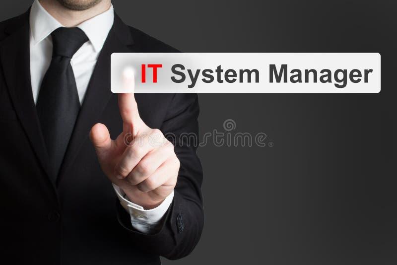 Бизнесмен нажимая менеджера ИТ-система кнопки сенсорного экрана стоковые фотографии rf