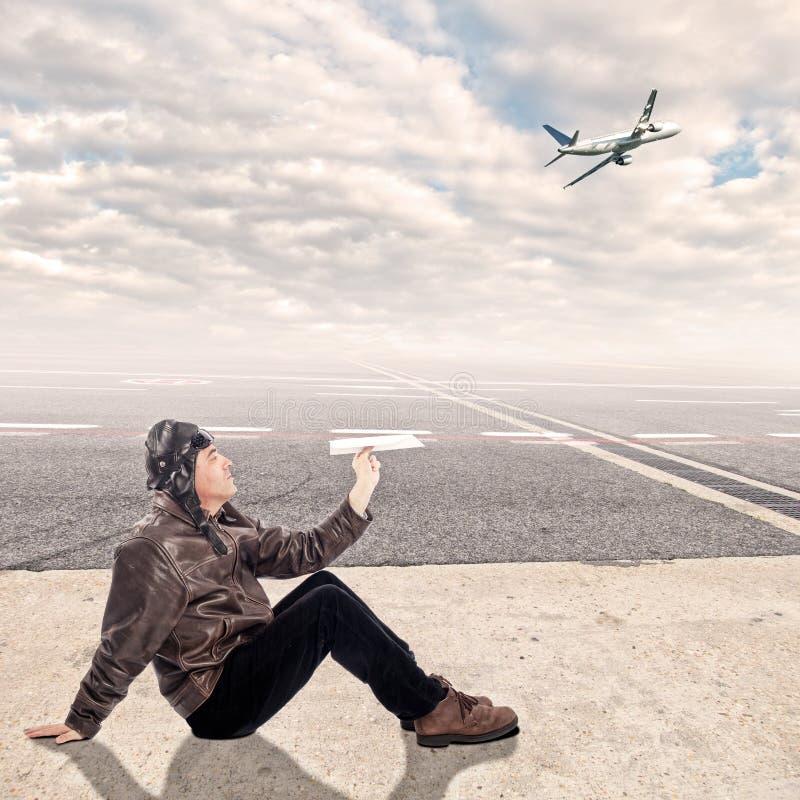 Бизнесмен на авиапорте стоковые фотографии rf